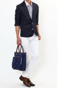 メンズスタイルのホワイトパンツ×ネイビークールビズ