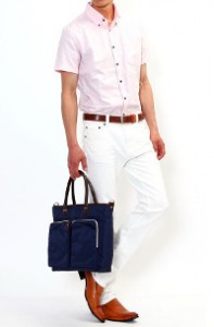 メンズスタイルのホワイトパンツ×半袖シャツスタイルです。