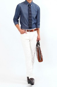 メンズスタイルのホワイトパンツ×長袖シャツ腕まくりスタイルです。