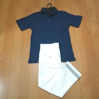 青ポロシャツと白クロップドパンツのコーデです。