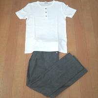 白ヘンリーシャツとグレーのパンツのコーデです。