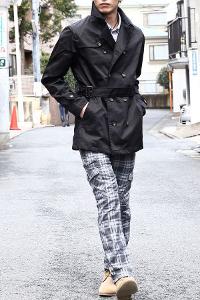 メンズスタイルの黒トレンチコートコーデです。