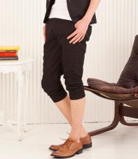 メンズファッションプラスの黒クロップドパンツコーデです。