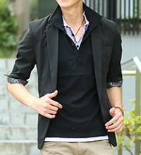 メンズスタイルの黒ポロシャツ×ジャケットコーデです。