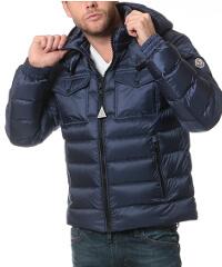 モンクレールのネイビーダウンジャケットです。