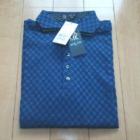 ブルーのポロシャツです。