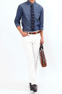 ビズフロントのホワイトパンツ×長袖シャツ腕まくりコーデです。