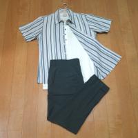 ストライプ半袖シャツと黒スラックスのコーデです。