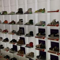 靴屋などの専門店。