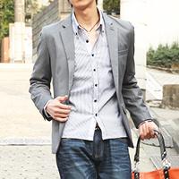 メンズスタイルのテーラードジャケットコーデです。