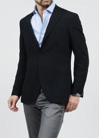 モダンブルーのテーラードジャケットとシャツコーデです。
