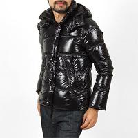 モダンブルーのスリムな黒ダウンジャケットです。