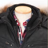 メンズスタイルの黒ダウンジャケットの首元コーデです。