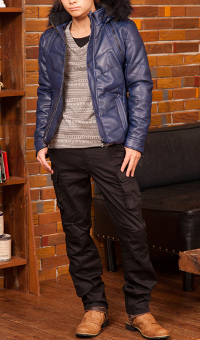 メンズファッション+のブルーダウンジャケットコーデです。