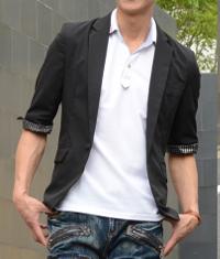 メンズスタイルの白ポロシャツ×ジャケットコーデです。
